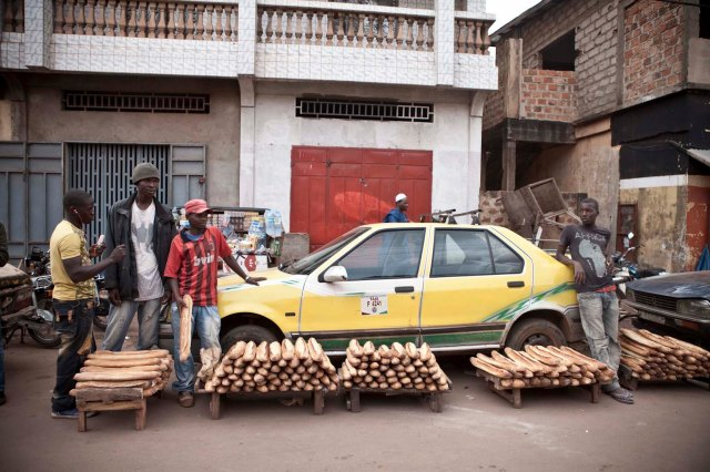 'Pain' traders, downtown Labe market, Guinea © Jason Florio