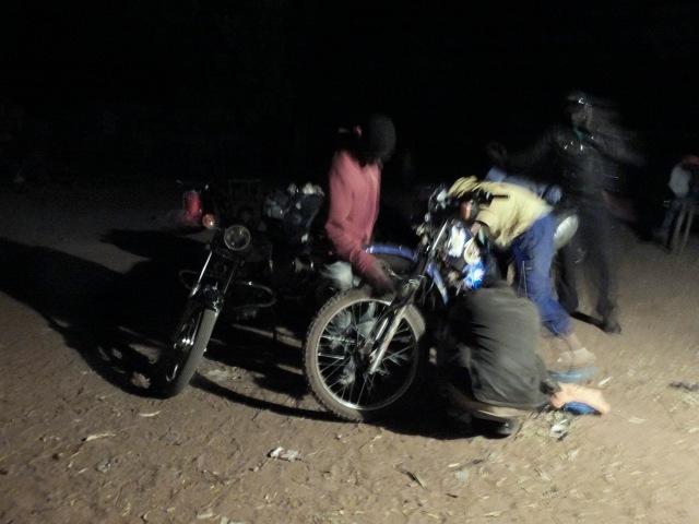 Moto fixing Senegal_DSF1395 cop