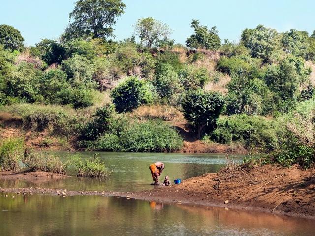 WASHING-WOMAN-RIVER-GAMBIA-KED_DSF1449 copy
